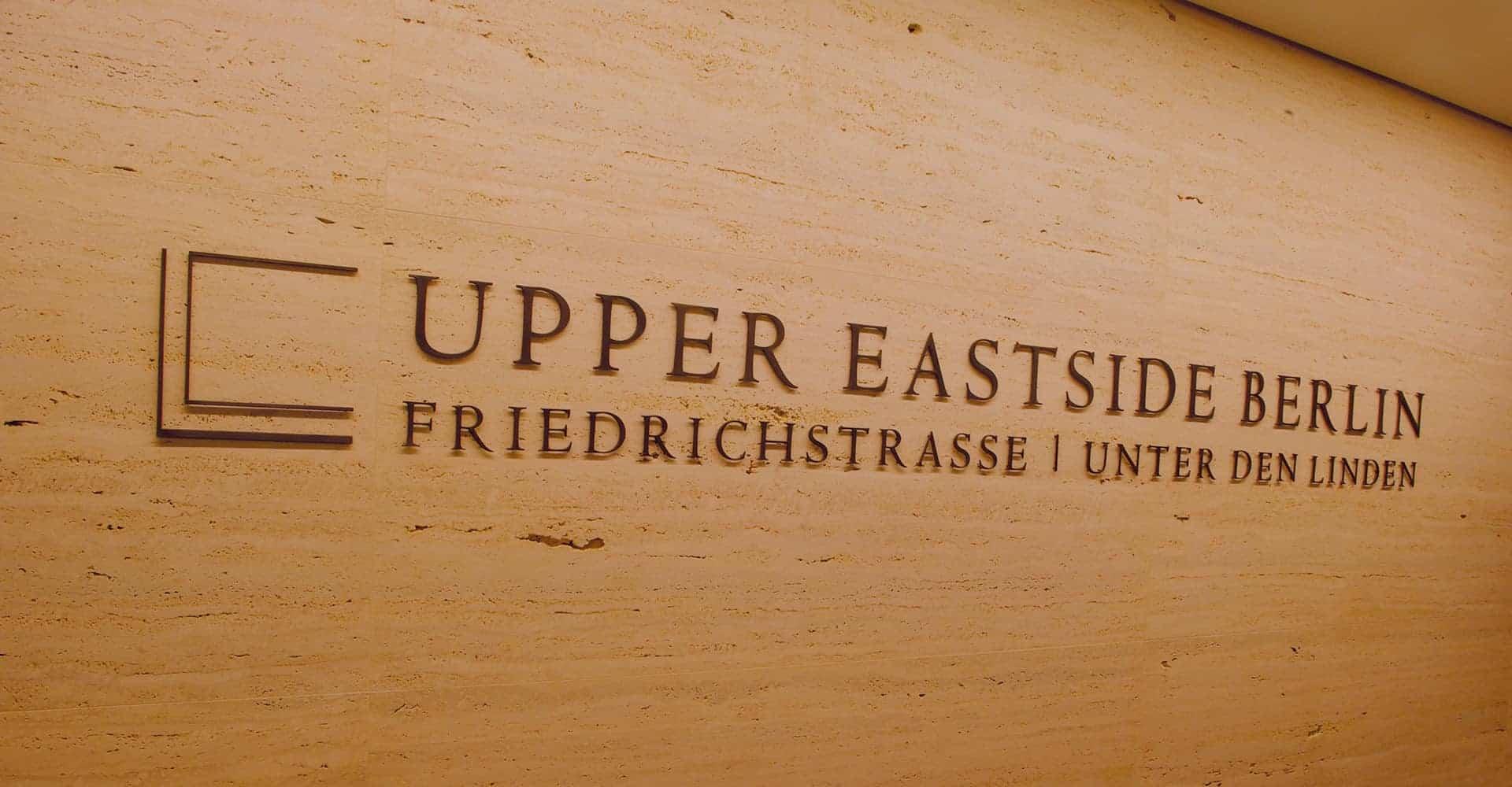 UPPER EASTSIDE BERLIN | INNENARCHITEKTUR SHOWROOM | Konzeption des Präsentationsbereiches in Berlin Zu unseren Aufgaben gehörte die Entwicklung des Raumdesigns, die Bodenverlegung mit Designerbelag, die Wandverkleidung mit Natursetin sowie die Büroausstattung. Außerdem wurden wir mit der Auswahl und Lieferung der Beleuchtung betraut.