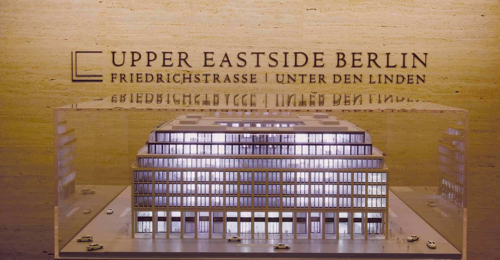 UPPER EASTSIDE BERLIN   INNENARCHITEKTUR SHOWROOM   Konzeption des Präsentationsbereiches in Berlin Zu unseren Aufgaben gehörte die Entwicklung des Raumdesigns, die Bodenverlegung mit Designerbelag, die Wandverkleidung mit Natursetin sowie die Büroausstattung. Außerdem wurden wir mit der Auswahl und Lieferung der Beleuchtung betraut.