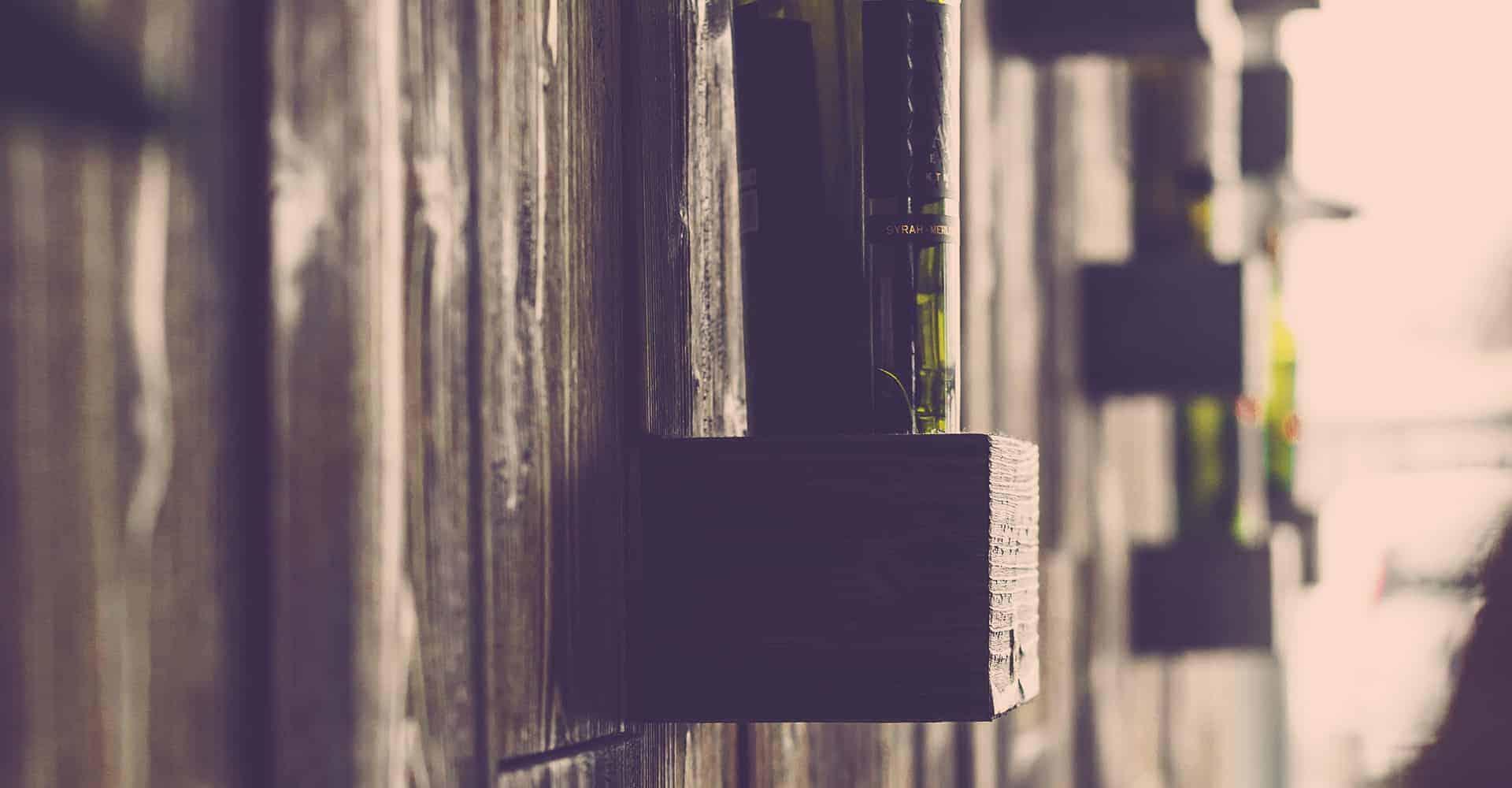 MYTHOS PALACE DRESDEN | RENOVIERUNG RESTAURANT | Der Gastraum sollte nach kreativen Gesichtspunkten modernisiert werden. Die Wände wurden mit Betonspachteltechnik beschichtet. Repräsentative Flächen bekamen eine Holzwandvertäfelung mit gebürsteten Altholz, teilweise wurden beleuchtete Flaschenablagen eingearbeitet. Der Name des Restaurants wurde als selbstleuchtender Schriftzug in den Raum integriert.