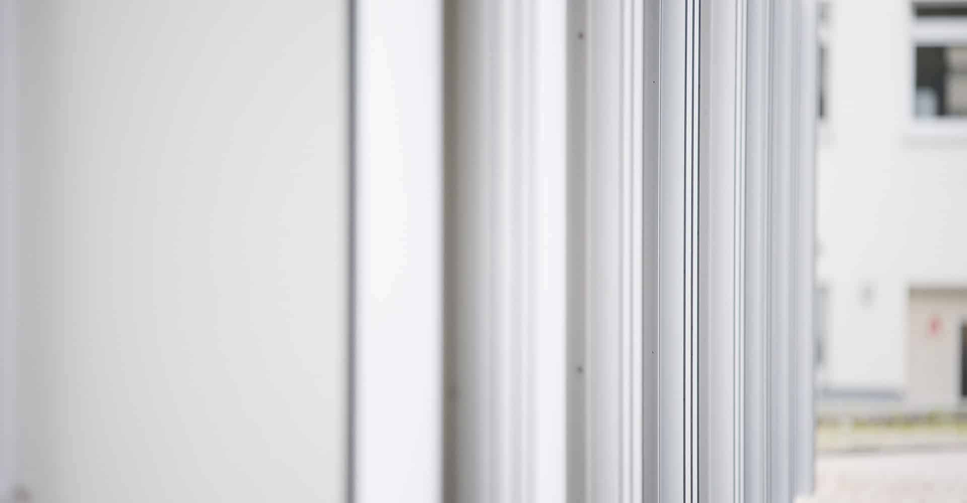 MEDNEO MODULAR RADIOLOGIE | Mit dem modularen Radiologiekonzept wird eine kosteneffiziente und flexible radiologische Gesamtlösung für den weltweiten Einsatz entwickelt. Voll ausgestattete Diagnostikzentren werden als vorgefertigte Raummodule in Deutschland von uns in standardisierte Schiffscontainer montiert. Dann werden sie in die jeweiligen Zielländer transportiert, binnen weniger Tage aufgestellt und dort direkt in Betrieb genommen. Entwicklungs-, Transport und Errichtungskosten werden auf diese Weise signifikant gesenkt. Das flexible Raumsystem erlaubt eine beliebige Erweiterung der baulichen und gerätetechnischen Ausstattung der entstehenden Radiologieeinheit. Eine hochmoderne IT-Struktur wird als Software-as-a-Service-Lösung (SaaS) zur Verfügung gestellt. Die akquirierten Bilder können zur Befundung teleradiologisch direkt nach Deutschland übertragen und dort im Teleradiologienetzwerk durch Experten ausgewertet werden.