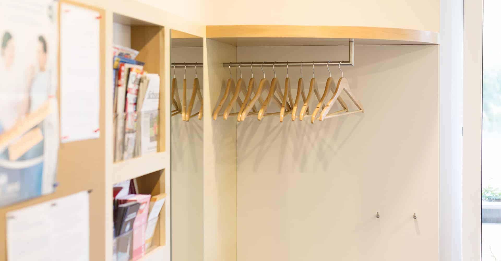 ZAHNARZTPRAXIS WEIGMANN | INNENAUSBAU ZAHNARZTPRAXIS DRESDEN | Umgestaltung Wartezimmer einer Zahnarztpraxis. Die Zahnärztin Frau Weigmann wünschte sich eine geordnete Präsenation der Vielzahl an Informationsbroschüren und Flyer. Dafür sollte ein individuelles Möbelstück kreiert und hergestellt werden. Eine Herausforderung war auch die Beschichtung der Wand- und Deckenflächen in den kompletten Praxisräumen. Dabei war wichtig, dass alle Einbaumöbel besonders geschützt werden.