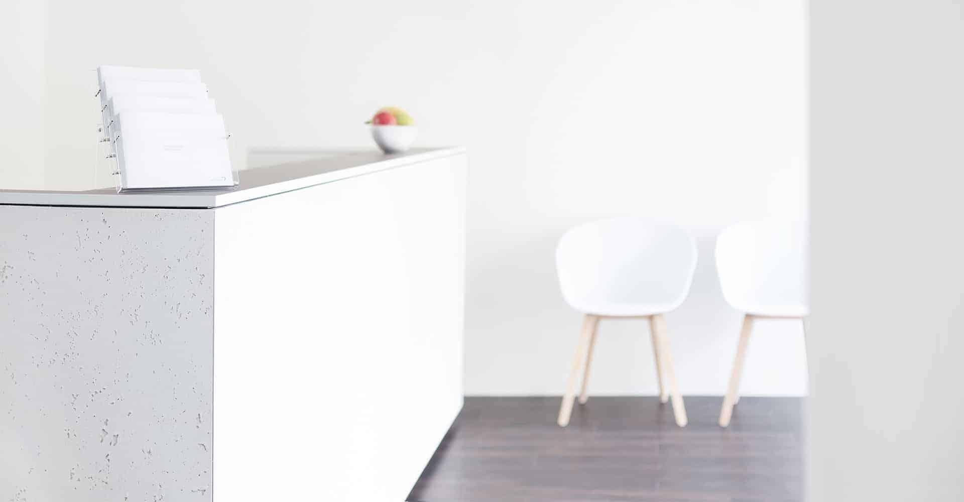MEDNEO BERLIN | Mitten in Berlin etabliert diese Praxis ein komplett neues Konzept: Radiologen können im Rahmen eines Pay-per-Use Modells neueste MRT-Technik für kurze Zeiträume anmieten und somit eine extrem schnelle Terminvergabe ermöglichen. Für hohen Patientenkomfort sind nicht nur Lage und Ausstattung entscheidend: Während intelligent angeordnete Umkleideräume eine kontinuierliche Patientenbetreuung garantieren, kann das Personal mittels flexibel nutzbarer Arztzimmer und praktischer Details, wie mobilen Aktenschränken, zielgerichtet agieren.