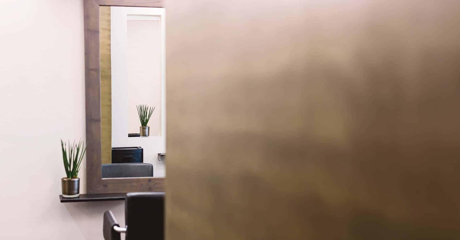 FRISEUR HAARMONIE DRESDEN | LADENBAU FRISEURGESCHÄFT DRESDEN | Ladenbau eines Friseur-Geschäftes in der Rähnitzgasse Dresden. Der Inhaber Torsten Lehmann gab uns freie Hand, ein Gestaltungskozept zu entwickeln. So wurde innerhalb von 4 Wochen das Ladengeschäft auf der Rähnitzgasse in Dresden komplett entkernt und wieder neu aufgebaut. Ein optisches Highlight ist die Platinierung von 2 Wandflächen mit flüssigen Metall. Nach Trocknung wird die Oberfläche zum glänzen gebracht. Der Bodenbelag ist hoch strapazierfähig. Die Verkaufsregale sind mit hochleistungs-RGB-LED-Leuchten ausgestattet um verschiedene Farbkonzepte zu inszenieren.