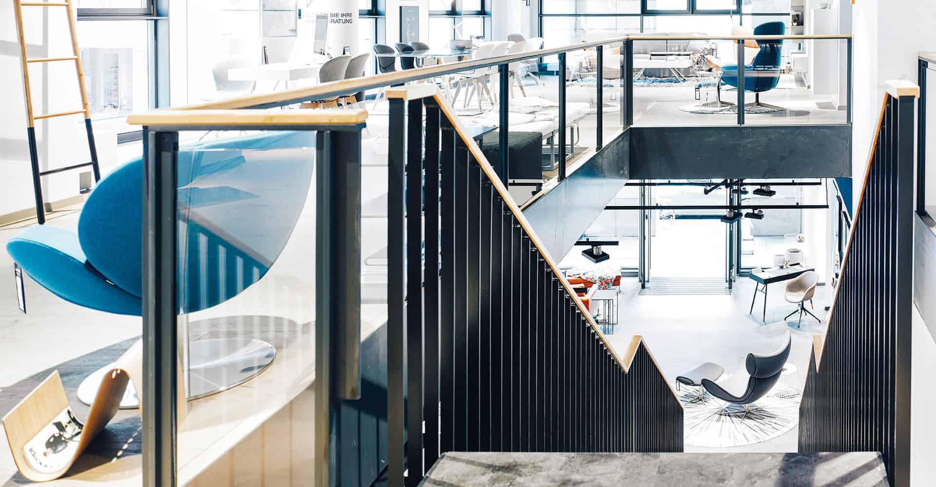 BOCONCEPT STORE DRESDEN | MODERNER INNENAUSBAU FÜR DESIGNERMÖBEL | Innenausbau auf über 2 Etagen in bester Lage am Dresdner Altmarkt nach Vorlage des Corporate Design von BoConcept. Wir hatten nur 10 Wochen Zeit um insgesamt 725 m² Ladengschäft in der Dresdner Innenstadt umzubauen. Die bestehende Gewerbefläche wurde dabei, samt Rolltreppe, zurück gebaut um einen besonderen Rahmen für dänische Designermöbel zu schaffen. Die eigentlich unsichtbare Infrastruktur von Elektro, Lüftung, Sanitär und Klima wurde nun sichtbar in der Decke inszeniert. Eine freitragende Stahltreppe wurde neu integriert.