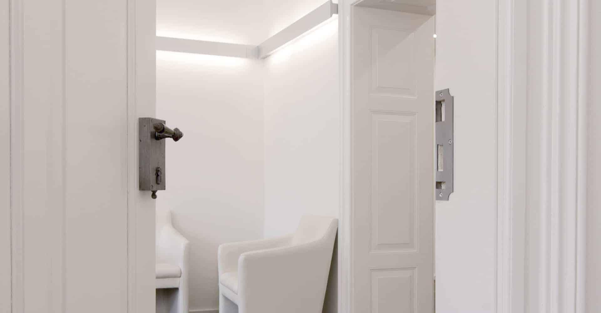 ZAHNARZTPRAXIS DR. JAHN HEIDENAU | Die komplette Immobilie in Heidenau musste nach dem Erwerb vollständig renoviert werden. Die Planung des Eigentümers sah vor, seine Zahnarztpraxis im Erdgeschoss zu platzieren und die oberen Stockwerke als Wohnungen auszubauen.