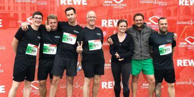 Beim 10-jährigen Jubiläum der REWE Team Challenge Dresden haben wir uns mit zwei Teams richtig ins Zeug gelegt. Gewinner des 1. Teams war Robin Meisel, einer unserer Auszubildenden, mit einer Bestzeit von 0:19:30 h und Gewinner des 2. Teams war Peter Kadur, unser lieber Chef, mit einer Bestzeit von 0:29:22 h. Insgesamt sind rund 20.000 Menschen auf der 5 km langen Strecke mitgelaufen.