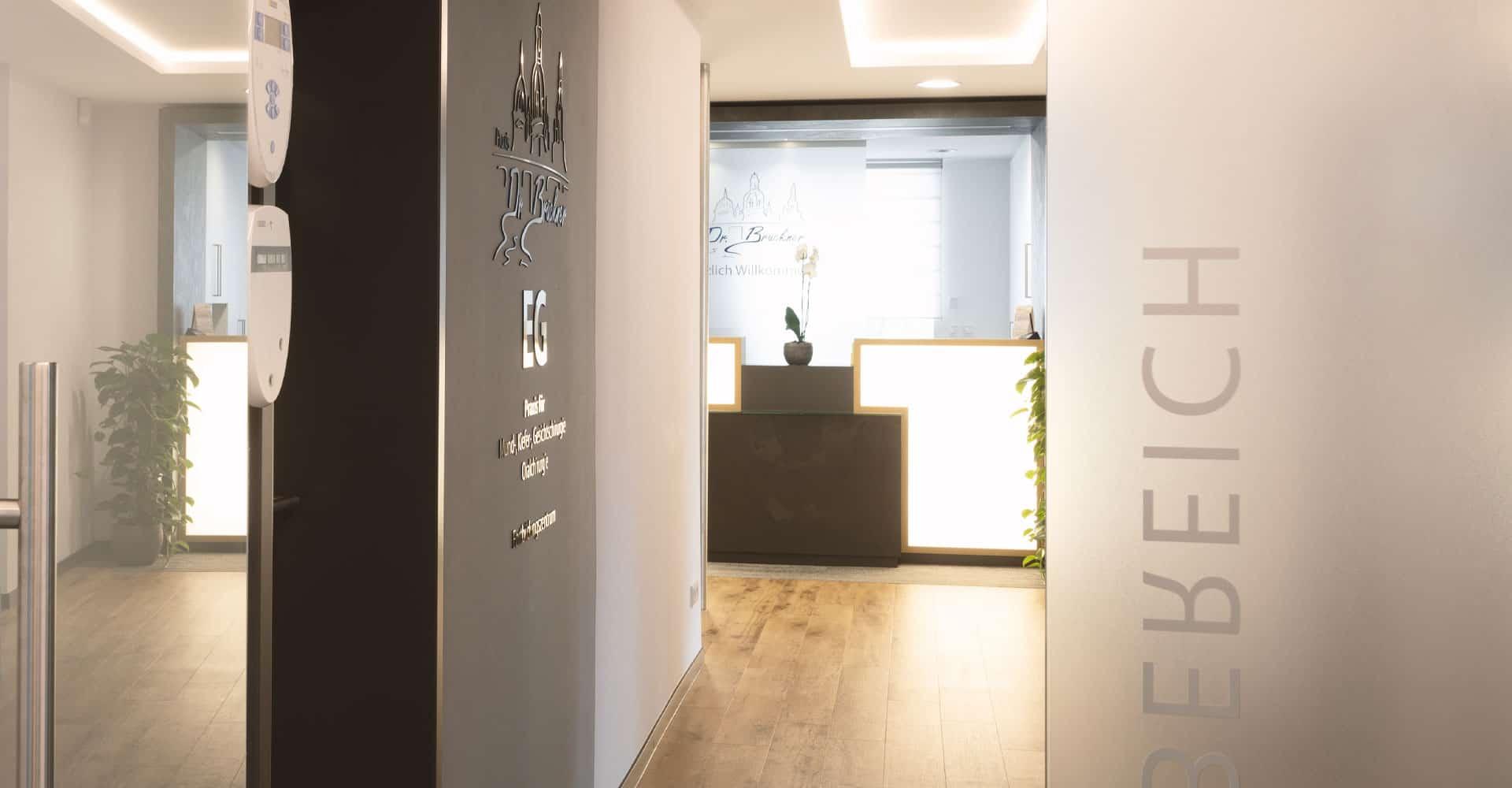 Zahnarztpraxis Brückner Dresden Werbetechnik Eingangsbereich